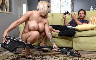 Sexy milf Alyssa Lynn loves cleaning naked