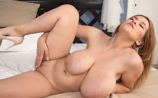 Erin Star exhibiting her huge natural boobs for you