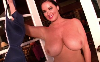Sarah Randall Removes Her Bra to Give You a Sneak Peek of Her Big Titties