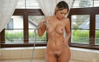 Blonde bombshell Vittoria Dolce shower & sex